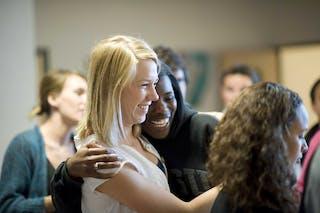 两个学生微笑着拥抱着