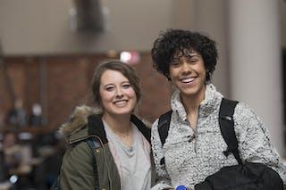 两个微笑的学生