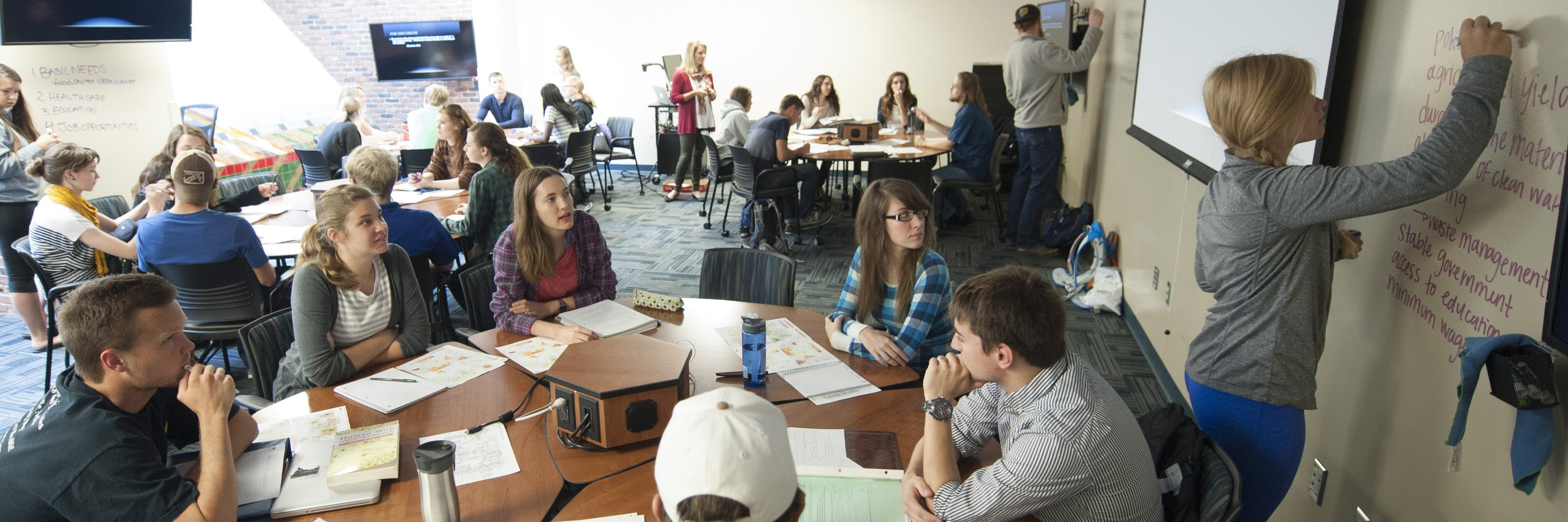 Students work in a group.